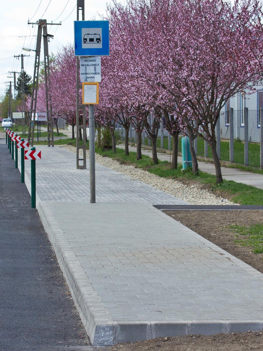 Parkoló és új buszmegálló épült a Mátyás király út mentén